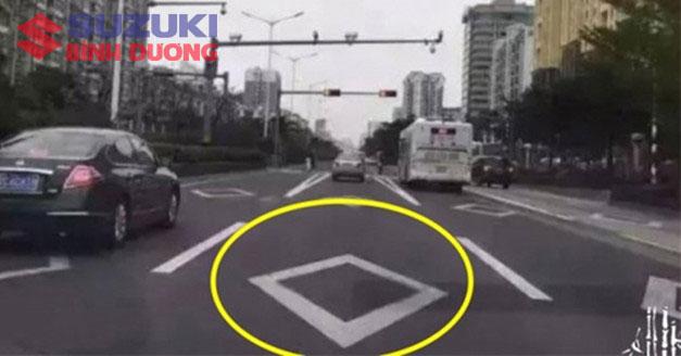 vạch kẻ đường Car: /m/0k4j Suzuki: /m/02ws0w
